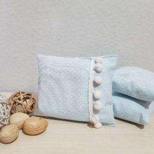 Υφασμάτινο μαξιλάρι πουά μπλε με pom pon